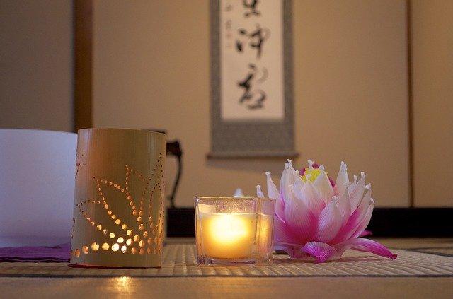 和室にある牡丹と灯篭