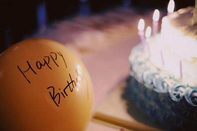 誕生日ケーキとバルーン